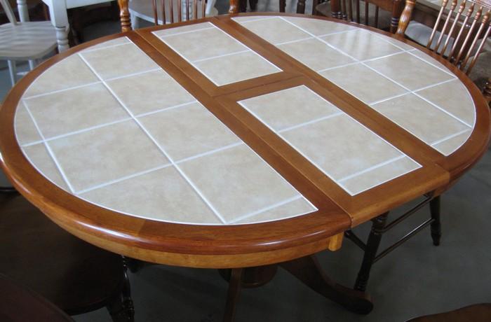 Кухонный стол из ламинированного дсп с металлическими ножками может стать достаточно бюджетным решением