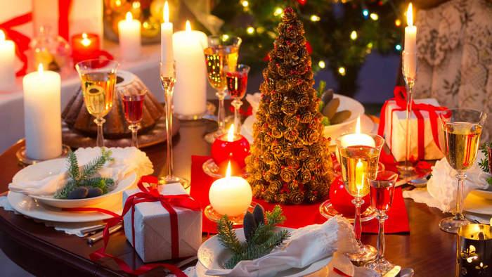 новогодний стол с елкой
