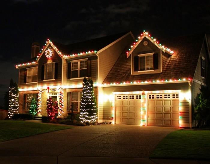 частный дом украшенный на новый год
