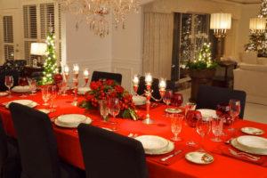 стол с красной скатертью