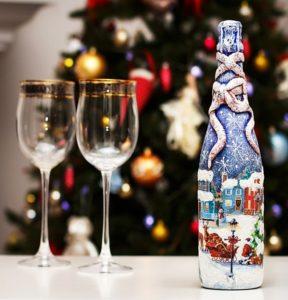 декорированная бутылка с бокалами