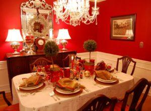 новогодний стол под люстрой