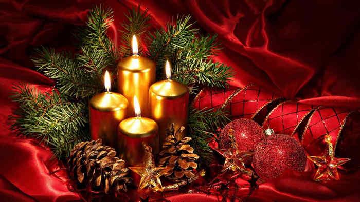 золотистые свечи на красном фоне