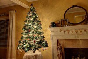 светящаяся елка рядом с камином