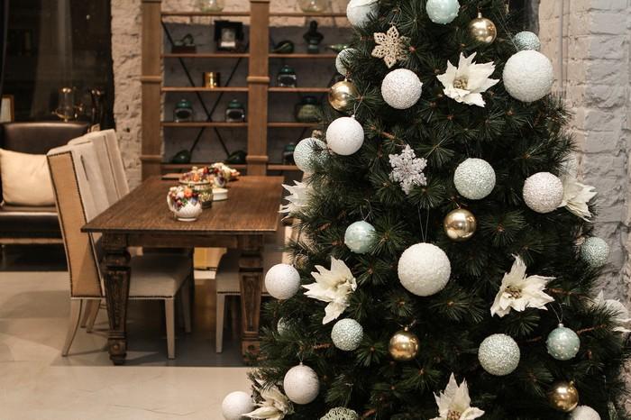 елка с белыми шарами