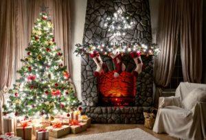 елка с гирляндами и большой камин серый