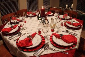 стол с красными салфетками