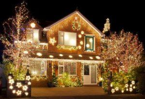 дом в гирляндах вид с улицы 2