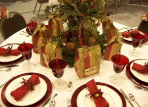 праздничный стол с подарками