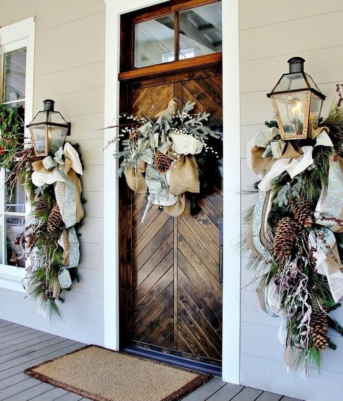 входная дверь дома украшенная к новому году