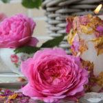 белая декорированная свеча с цветами