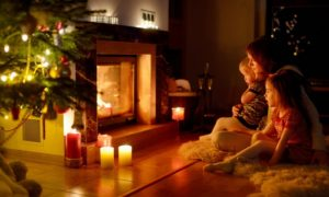 семья возле камина со свечами