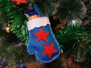 перчатка украшение на елке