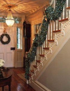 лестница в доме украшенная гирляндами из мишуры 3