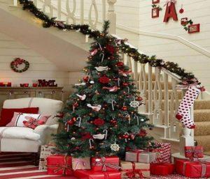 декорированная лестница в доме к новому году 4