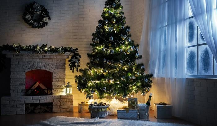 сверкающая елка возле камина