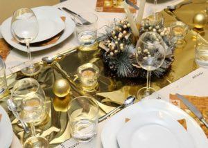 золотой оттенок праздничного стола