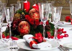 шарики для елки на столе