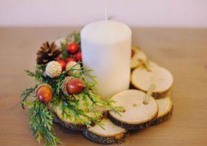белая свеча с декором на пьедестале