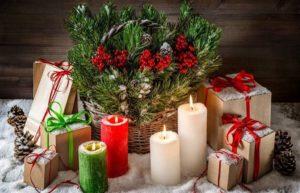 свечи с праздничным веночком