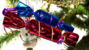 украшения из сладостей, игрушек, палочек, целлофана 2