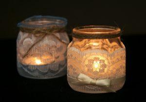 свечи в широких баночках с кружевами