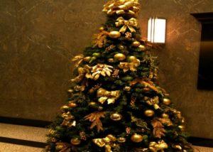елка с золотыми украшениями