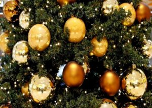 золотистые украшения на елку