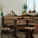 кухонный стол декорированный ветками