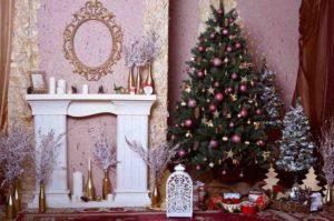 елка с игрушками и камин
