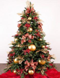 елка украшенная шарами и бантиками