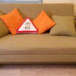 диван имеет две декоративные подушки 20