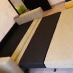 диван имеет две декоративные подушки 20а