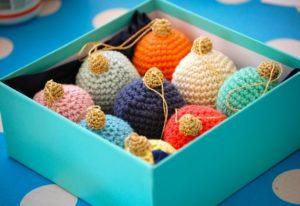связанные на спицах украшения: птицы, мягкие шары 2