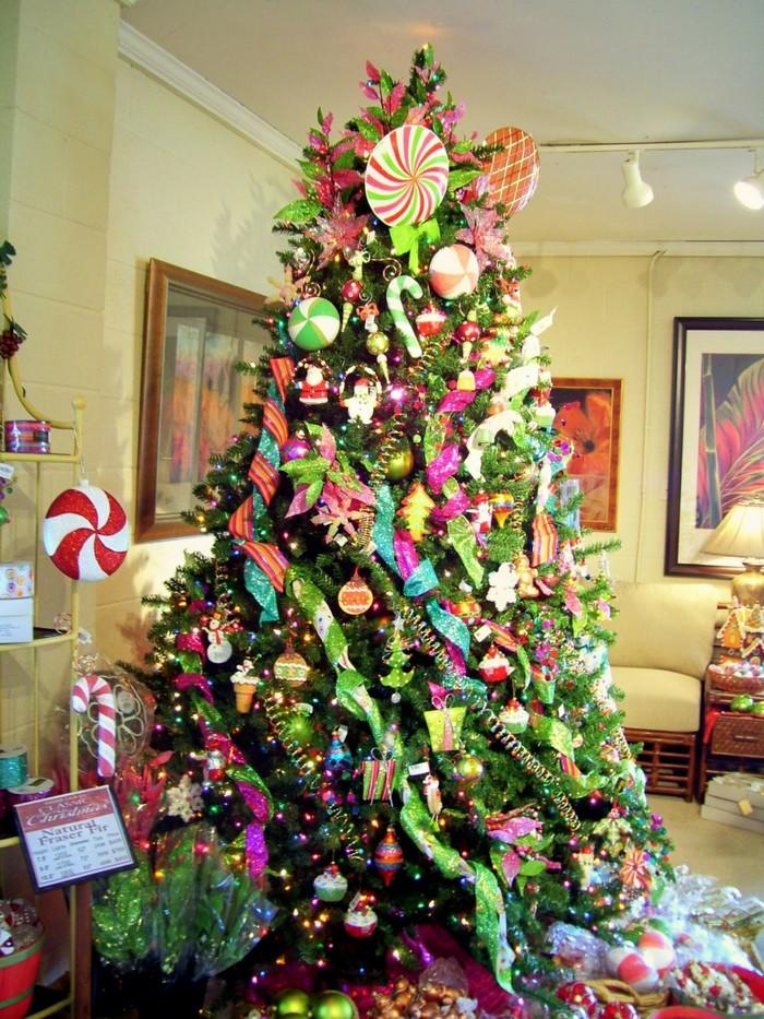 много различных красивых украшений на елке