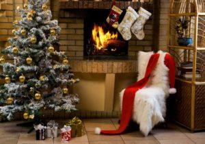 огонь, елка с креслом и камин