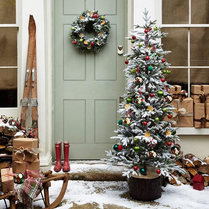елка перед дверью