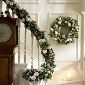 декор лестницы дома венками к новому году