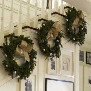 декор лестницы дома венками к новому году 2
