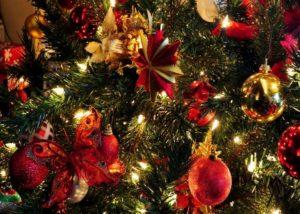 гармонично развешенные игрушки на елке крупный план