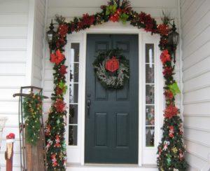 новогодний венок на входной двери 2