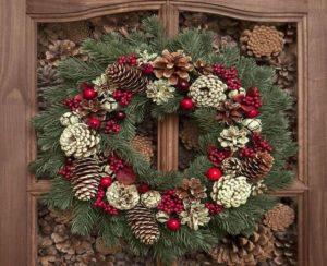 натуральный новогодний венок на двери