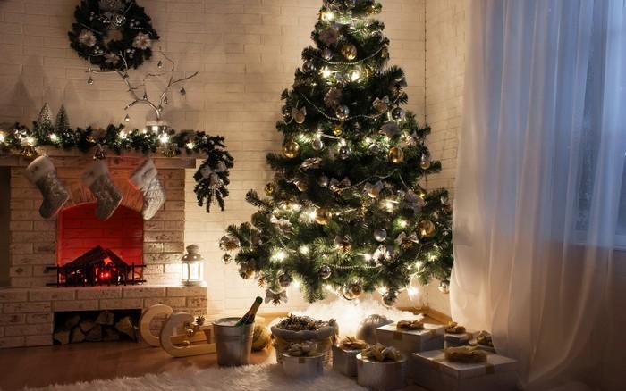 нарядная елка 2017 у камина с подарками