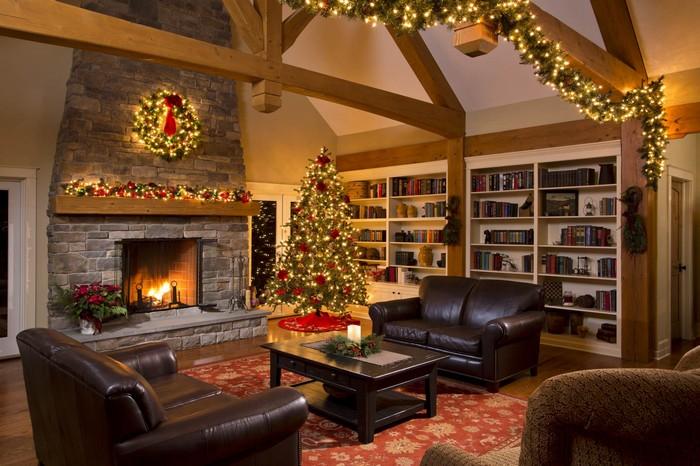 декор гостиной и камина в доме к новому году