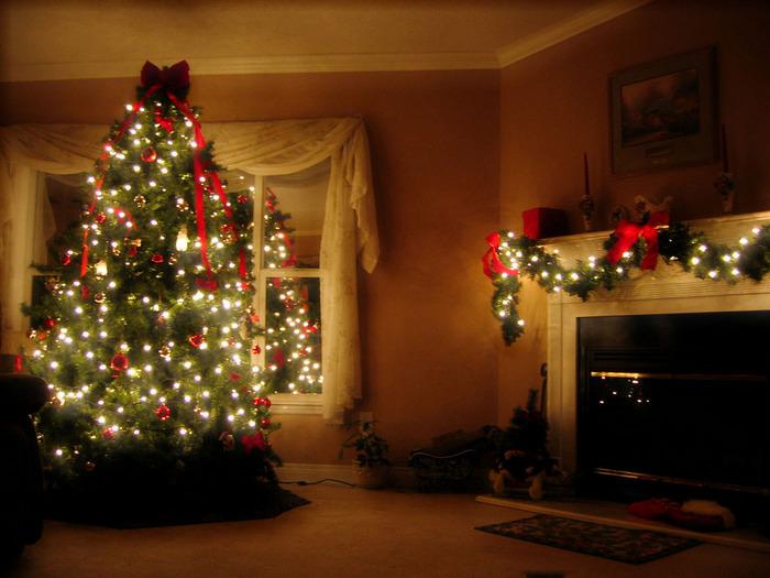 елка новогодня сверкает огнями в доме
