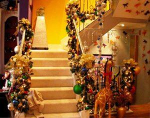 лестница украшенная гирляндами и игрушками