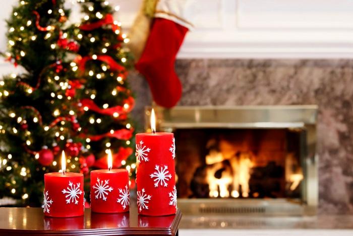 новогодние свечи на фоне гирлянд
