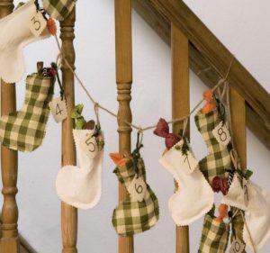 подарочные сапоги на перилах празднично оформленной лестницы 2