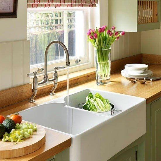Белая мойка в интерьере кухни