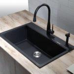 Черная прямоугольная мойка на кухне